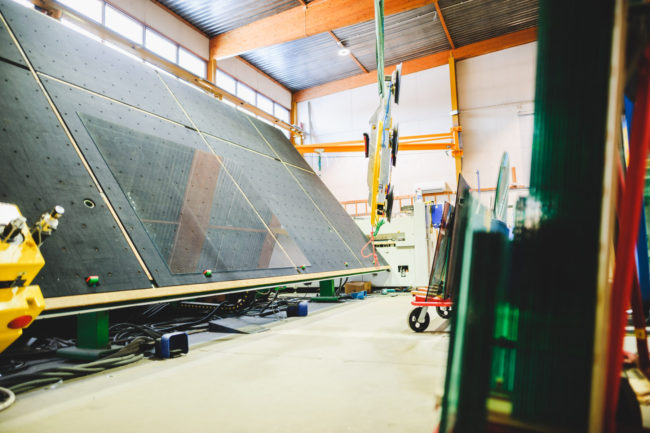 Kun lasia tulee työstää leikkaamalla, poraamalla, kaivertamalla tai asentamalla erilaisia alumiiniprofiileita - kysy meiltä!