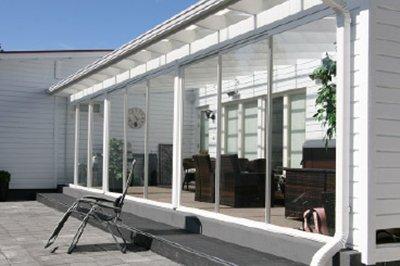 Kodin tilat laajentuvat mukavasti ulospäin, kun katat terassin avartavalla lasilla.