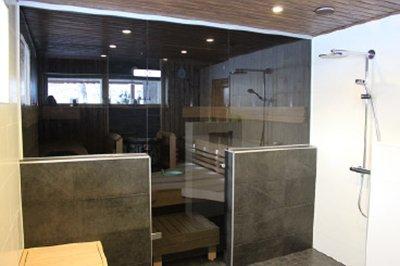 Saunan lasiseinät ja -ovet antavat ilmettä saunaan ja kylpyhuoneeseen.